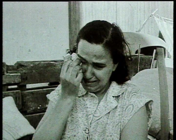 Pieds Noirs - femme pleure