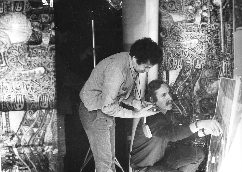 Denis-Martinez-et-Smail-Lakhdar-Hamina,-Chef-op---Tournage-2-films-sur-Oeuvre-et-Peintre,-Blida,-1984