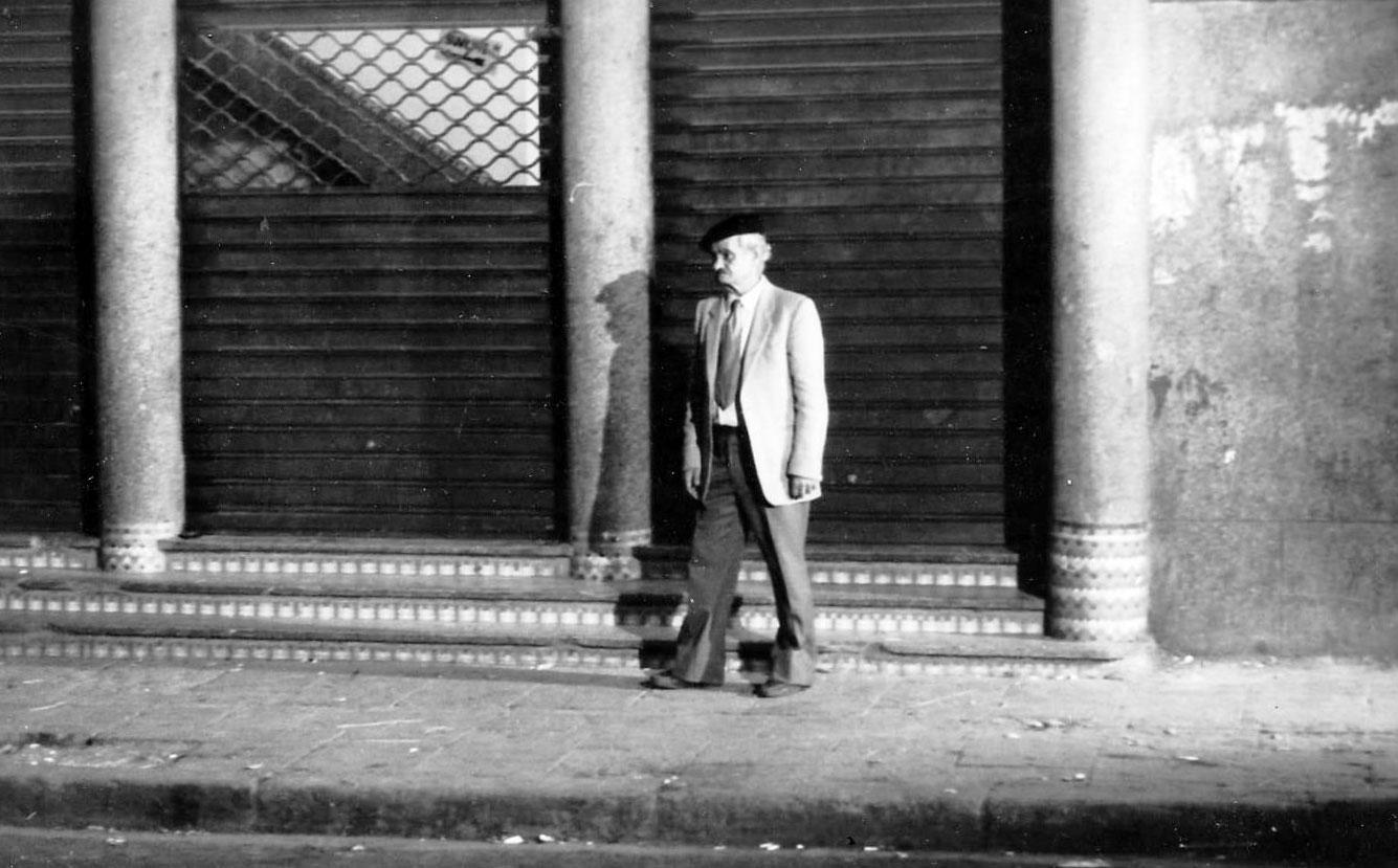 Le-Vieux-projectionniste,-Mustapha-Halo-licencié-devant-son-ex-cinéma-La-Perle.-LUMIERES